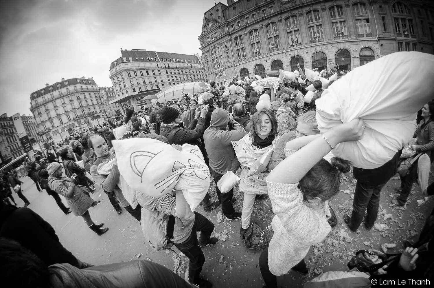 Pillow Fight Day @ Paris – Gare Saint Lazare